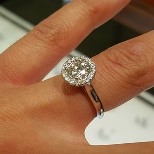Lady's 18kt White Gold Ring T/W of 0.88 ct.